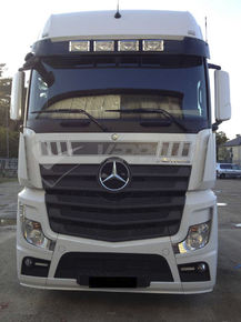 MB ACTROS MP4 BIG SPACE/GIGA SPACE, Special sun visor with four spotlights integrated